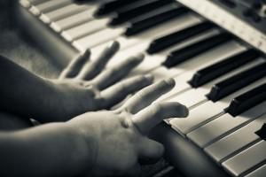 Schon früh sollte man das Keyboard spielen lernen