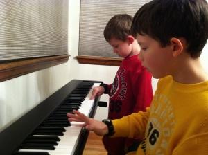 Kinder spielen gemeinsam am Keyboard